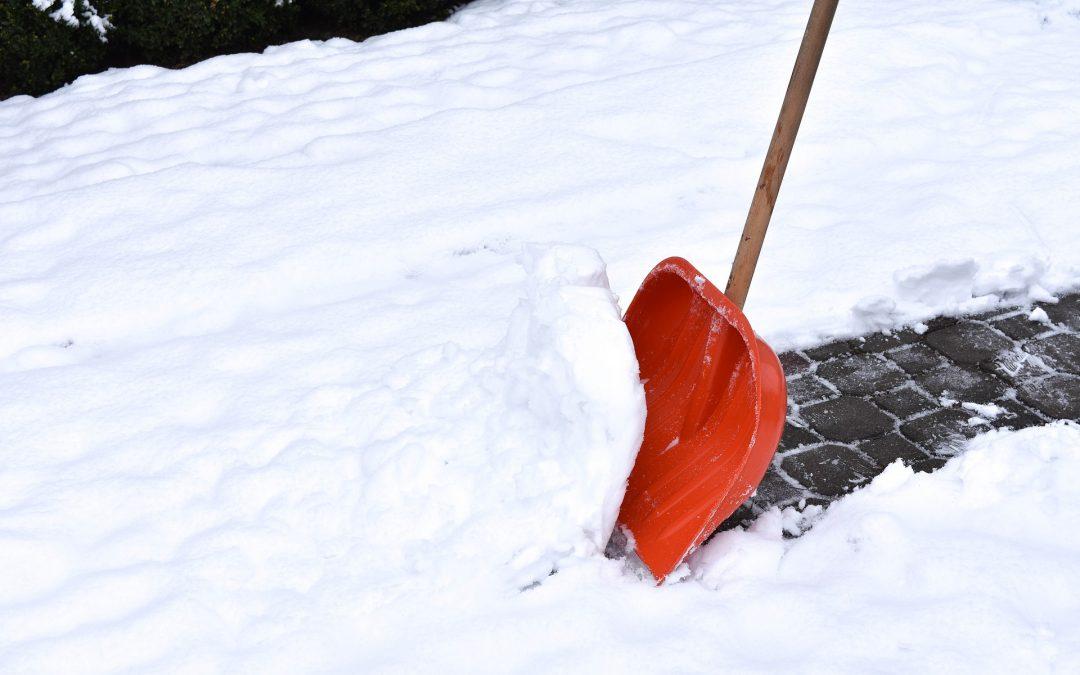 Jak skutecznie odśnieżać powierzchnie ogrodowe?